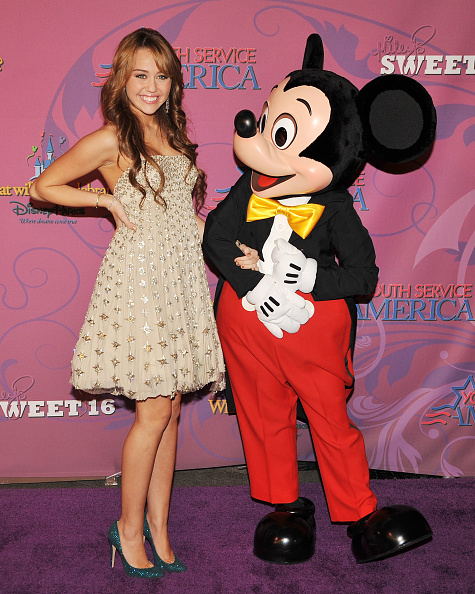 ミッキーマウス「Miley Cyrus' 'Sweet 16' Celebration at Disneyland」:写真・画像(7)[壁紙.com]