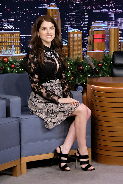 アナ・ケンドリック「Anna Kendrick Visits 'The Tonight Show Starring Jimmy Fallon'」:写真・画像(2)[壁紙.com]