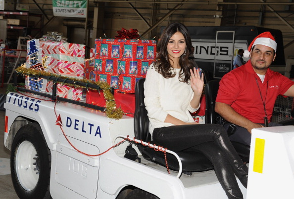 LAX Airport「Delta Air Lines Celebrates Holiday In The Hangar」:写真・画像(6)[壁紙.com]