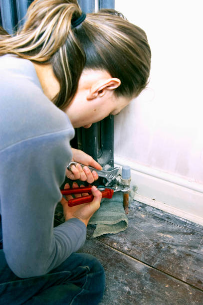 Home improvement, woman repairing central heating system:ニュース(壁紙.com)