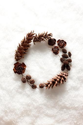 雪「A wreath on the snow made of roses and pine cones」:スマホ壁紙(3)
