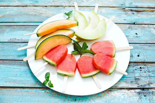 メロン「Plate of homemade watermelon ice lollies, slices of Galia and Cantaloupe melon」:スマホ壁紙(6)