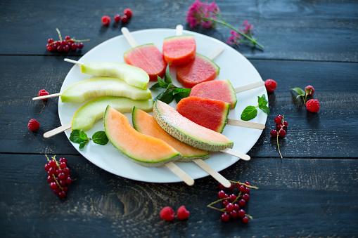 メロン「Plate of homemade watermelon ice lollies, slices of Galia and Cantaloupe melon」:スマホ壁紙(9)
