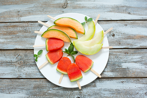 スイカ「Plate of homemade watermelon ice lollies, slices of Galia and Cantaloupe melon」:スマホ壁紙(18)