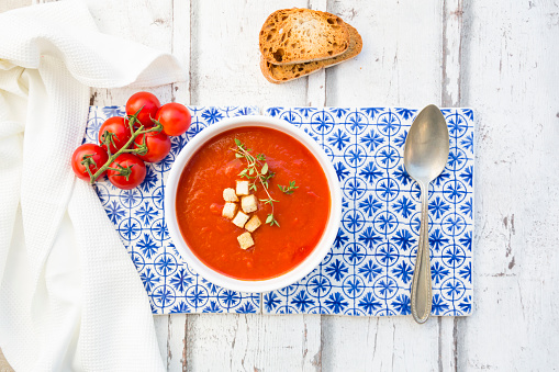 Thyme「Tomato soup with roasted bread, croutons and thyme, overhead view」:スマホ壁紙(12)