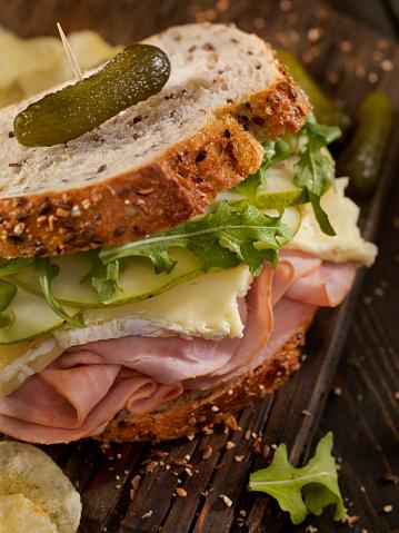 セレクティブフォーカス「ハム、ブリー、梨とルッコラのサンドイッチ」:スマホ壁紙(1)