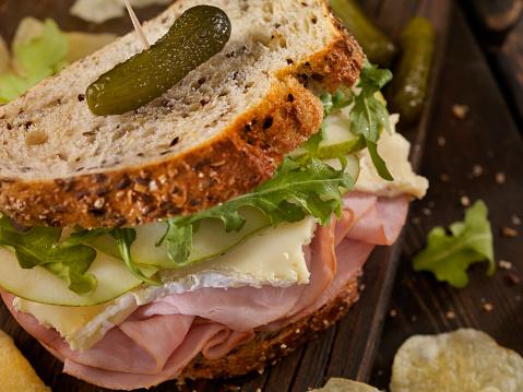 セレクティブフォーカス「ハム、ブリー、梨とルッコラのサンドイッチ」:スマホ壁紙(0)