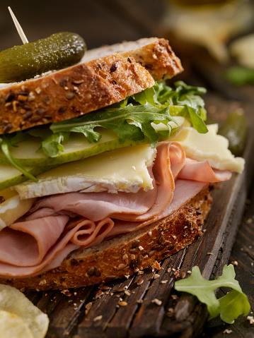 セレクティブフォーカス「ハム、ブリー、梨とルッコラのサンドイッチ」:スマホ壁紙(2)