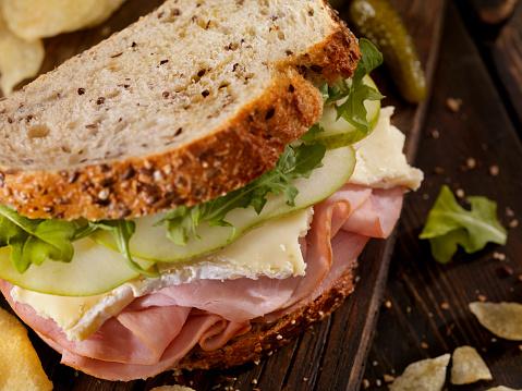 セレクティブフォーカス「ハム、ブリー、梨とルッコラのサンドイッチ」:スマホ壁紙(4)