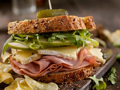 セレクティブフォーカス「ハム、ブリー、梨とルッコラのサンドイッチ」:スマホ壁紙(5)
