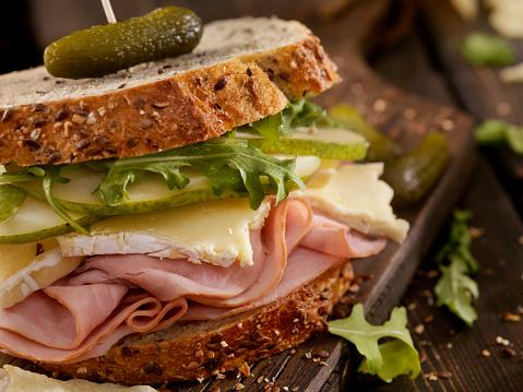 セレクティブフォーカス「ハム、ブリー、梨とルッコラのサンドイッチ」:スマホ壁紙(3)
