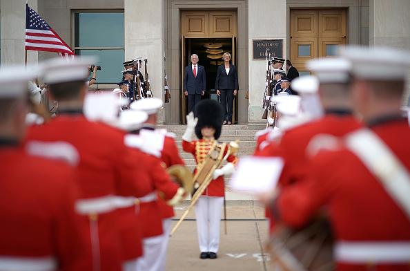 政治と行政「Defense Secretary Jim Mattis Hosts Honor Cordon For Italian Defense Minister Roberta Pinotti」:写真・画像(0)[壁紙.com]