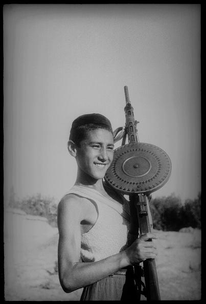 Max Penson「A Boy With A Machine Gun」:写真・画像(15)[壁紙.com]