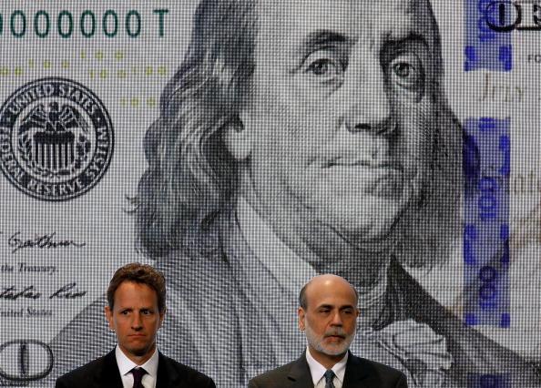 Central Bank「Geithner, Bernanke Take Part In Unveiling Of New Hundred Dollar Bill」:写真・画像(9)[壁紙.com]