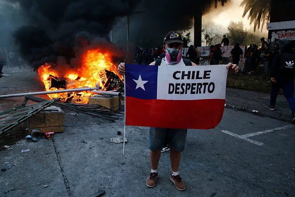 Santiago - Chile「Chileans Protest One Year After Beginning of Social Outbreak」:写真・画像(17)[壁紙.com]