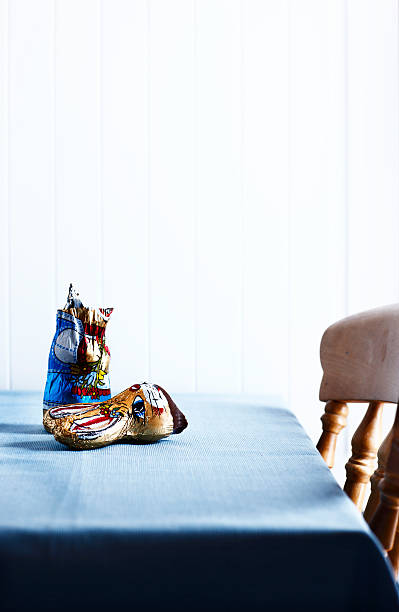 Broken chocolate easter Bunny on table:スマホ壁紙(壁紙.com)