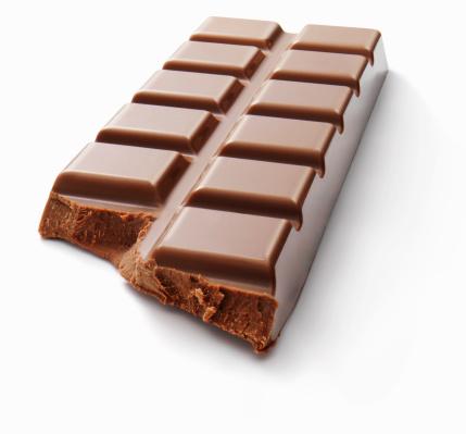 チョコレート「Broken chocolate bar on white background」:スマホ壁紙(2)
