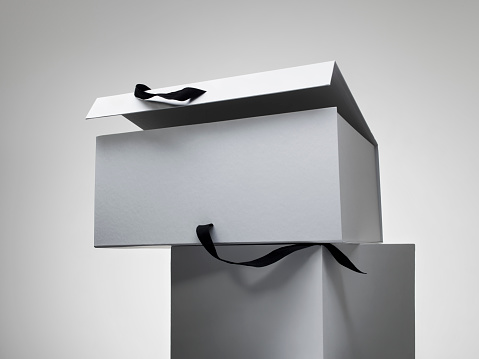 Gray Background「Open white box with black ribbon」:スマホ壁紙(4)