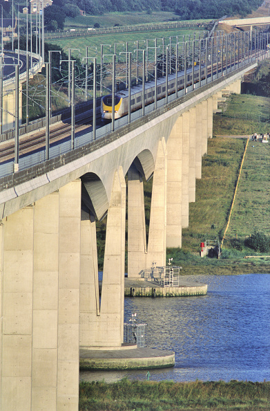 Medway River「Medway high speed rail bridge - Eurostar TGV passing, Kent, UK」:写真・画像(1)[壁紙.com]
