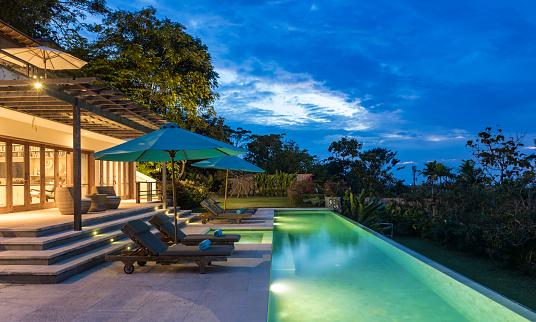 プール「バリ島のサンセットでプールを持つ照らされた豪華なヴィラ」:スマホ壁紙(5)