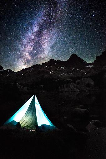 星空「Illuminated tent by Lake Ediza, Shadow Creek Trail, California, America, USA」:スマホ壁紙(10)