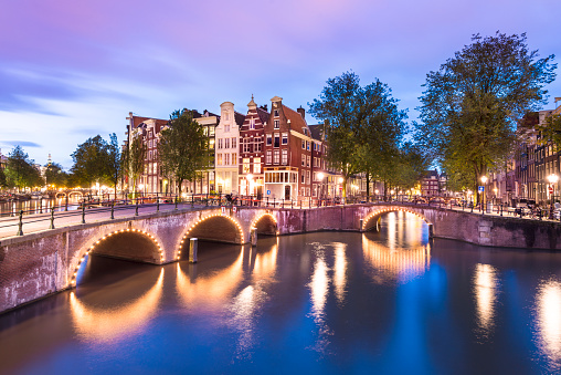 Amsterdam「Illuminated Bridges and Canal Houses in Amsterdam Netherlands」:スマホ壁紙(11)