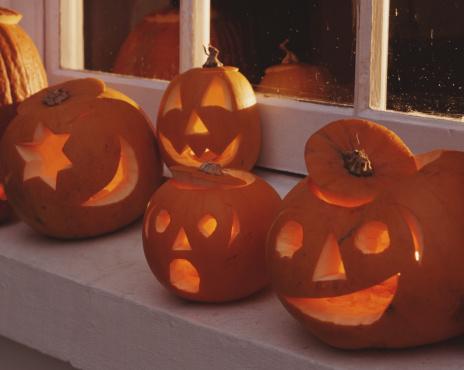 ハロウィン「Illuminated pumpkin lanterns on in window sill」:スマホ壁紙(2)