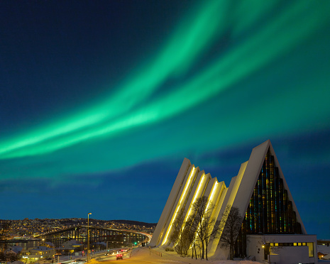 Cathedral「Illuminated Tromso cathedral at night with beautiful green shapes of aurora borealis」:スマホ壁紙(11)
