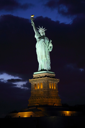 Female Likeness「Illuminated shot of Statue of Liberty at dusk.」:スマホ壁紙(3)