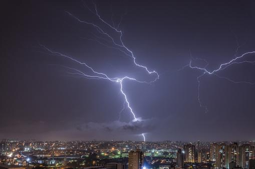 雷「Illuminated Sky in a stormy night in the city」:スマホ壁紙(12)