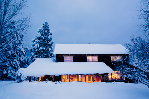 St「Illuminated house in snowy field at dusk」:スマホ壁紙(14)