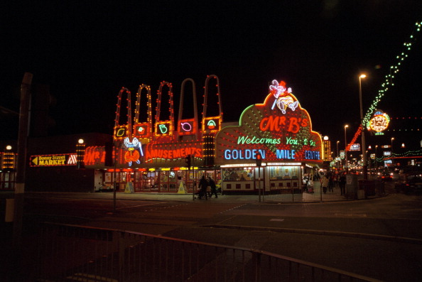 Light Bulb「Illuminated amusement arcades, Blackpool, 1999. Artist: P Williams」:写真・画像(6)[壁紙.com]