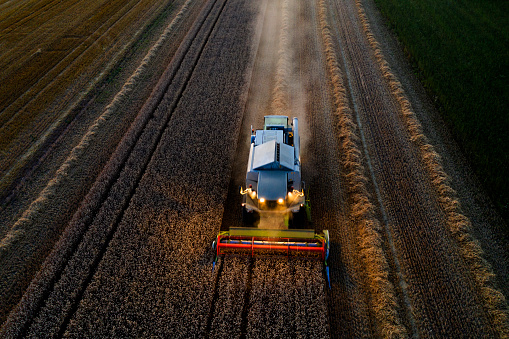 Harvesting「Illuminated combine harvester working at dusk」:スマホ壁紙(16)