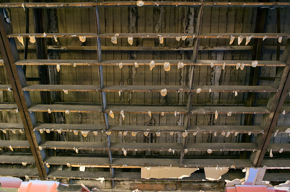 Deterioration「Ceiling being demolished with plasterboard sheets and rafters」:写真・画像(12)[壁紙.com]