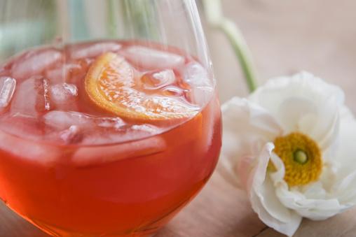 逸楽「Drink and flower on wooden table」:スマホ壁紙(5)