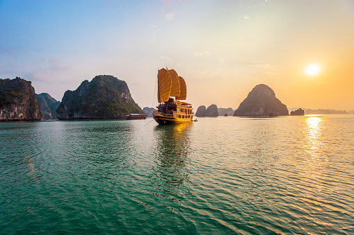 Bay of Water「Chinese Junk in Halong Bay」:スマホ壁紙(8)