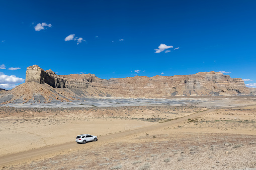 Glen Canyon National Recreation Area「USA, Arizona, Glen Canyon National Recreation Area, rock formations and SUV on NP 230 Road to Alstrom Point」:スマホ壁紙(12)