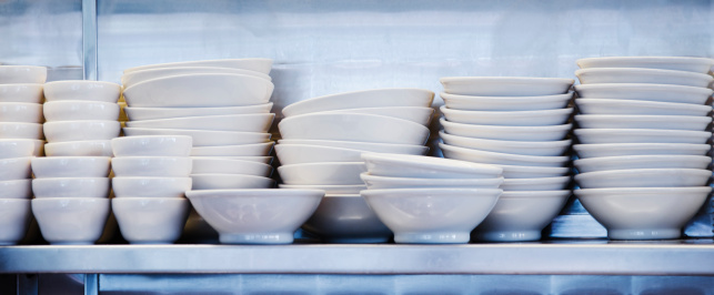 Conformity「USA, New York, New York City, Stacked plates and bowls in kitchen」:スマホ壁紙(7)
