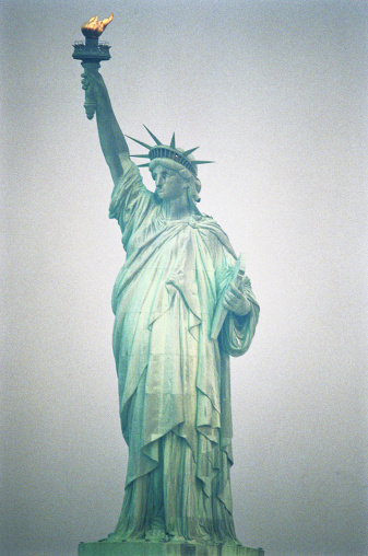 2002「USA, New York, New York City, Statue of Liberty at dusk」:スマホ壁紙(8)