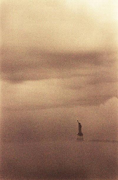 USA, New York, New York City, Statue of Liberty in fog:スマホ壁紙(壁紙.com)