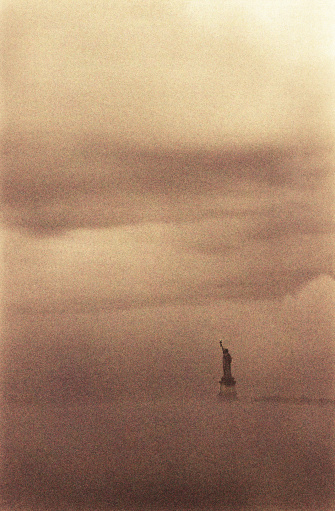 Sepia Toned「USA, New York, New York City, Statue of Liberty in fog」:スマホ壁紙(5)