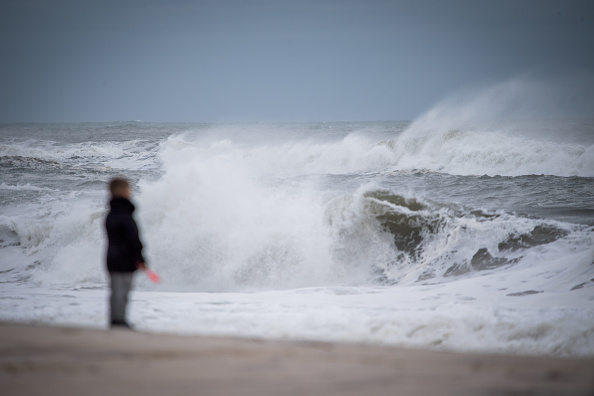 横位置「Offshore Hurricane Jose Brings High Surf To Long Island, New York」:写真・画像(2)[壁紙.com]