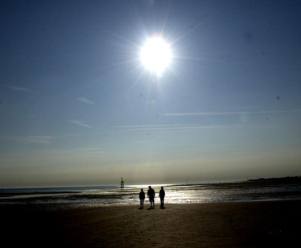 Sun「People Walk Along Juno Beach During 59th Anniversary Of D-Day in France」:写真・画像(9)[壁紙.com]