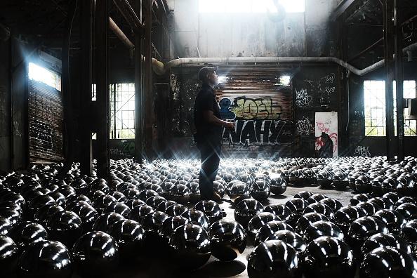 Creativity「Narcissus Garden Art Installation In NYC's Rockaways Includes 1500 Mirrored Balls」:写真・画像(7)[壁紙.com]