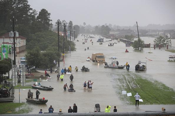Large Group Of People「Epic Flooding Inundates Houston After Hurricane Harvey」:写真・画像(12)[壁紙.com]