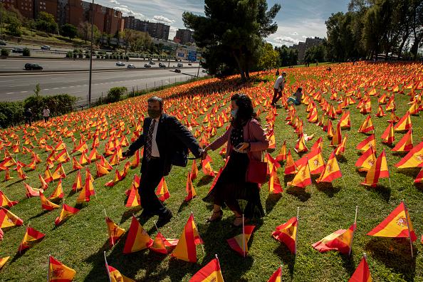 Madrid「53,000 Flags In Madrid Park Honor Spain's Coronavirus Dead」:写真・画像(18)[壁紙.com]