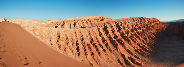 自然美「People walking on a dune in the moon valley' in San Pedro de Atacama, Chile」:写真・画像(10)[壁紙.com]