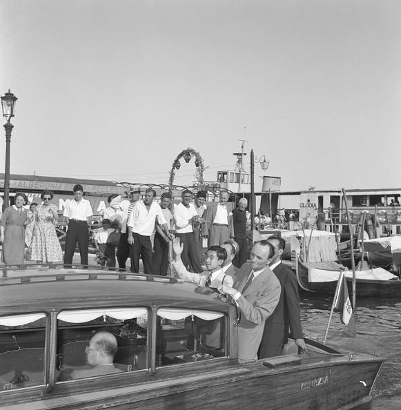 Emperor Akihito「On A Water Taxi」:写真・画像(5)[壁紙.com]