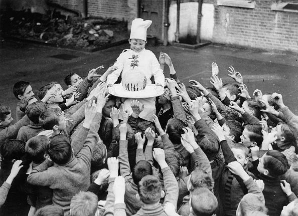 ヒューマンインタレスト「Boys of a Dr, Barnados Home in England get a Christmas Pudding, Photograph, England, December 1937」:写真・画像(9)[壁紙.com]