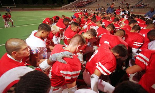 American Football - Sport「High School football season kicks off with a prayer.」:写真・画像(19)[壁紙.com]